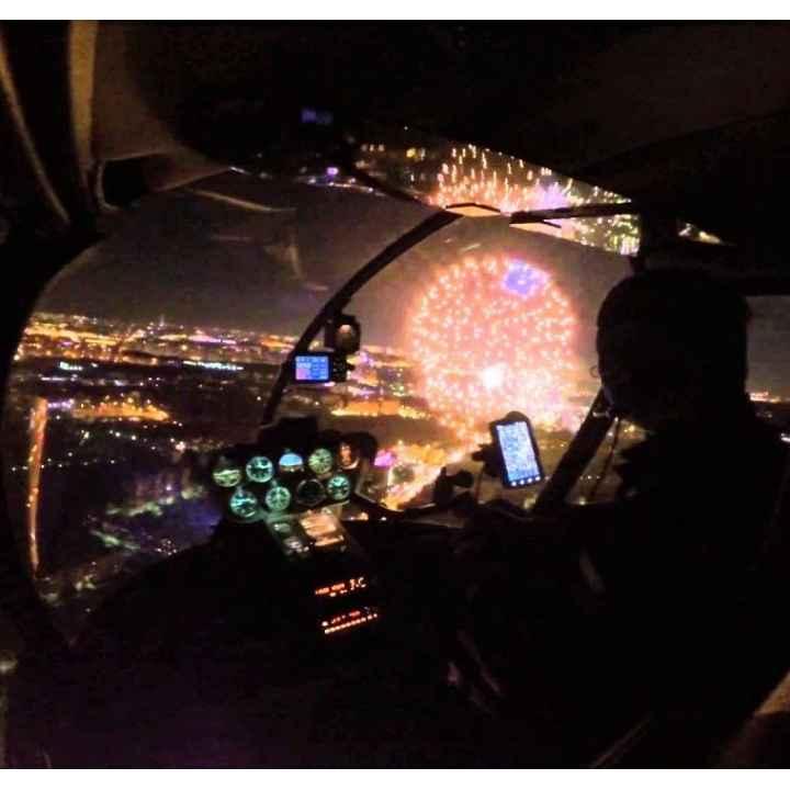 Эксклюзивный подарок - полёт вокруг Москвы на вертолете во время салюта