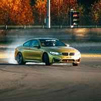 Экстремальное вождение на гоночном автомобиле