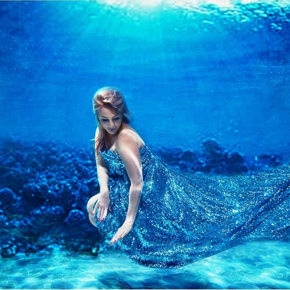женщина участвует фотосессии на воде тематика что спортсмены