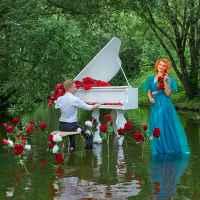 Фотосессия с роялем на воде