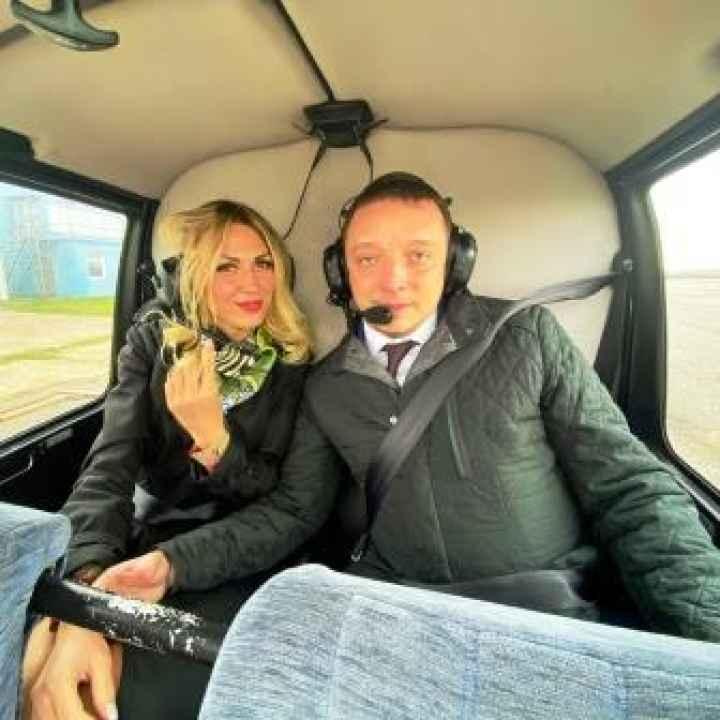 Предложение в небе в полёте на вертолёте Robinson